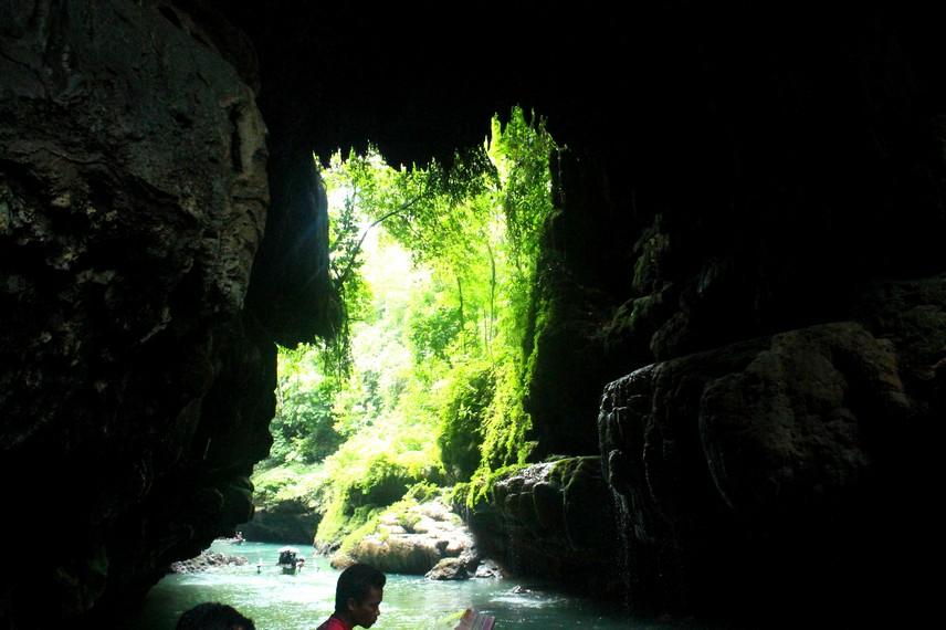 Celah yang sempit membuat perahu hanya dapat mengantarkan pengunjung hingga ke mulut gua
