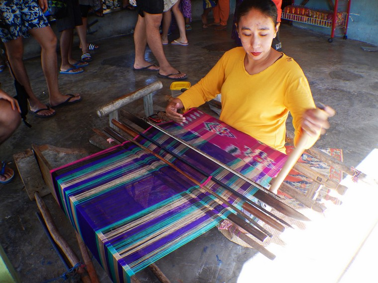 Cendera mata khas masyarakat Liukang Loe berupa sarung tenun Bangkuru Bira