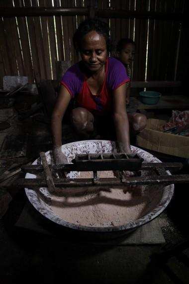 Cetakan yang telah dipanaskan dan siap diisi tepung sagu