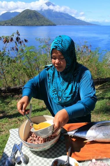 Daging ikan segar dicampur dengan bumbu yang sudah jadi serta minyak yang panas