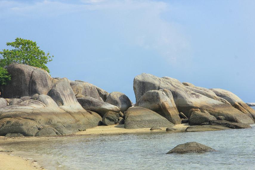 Dahulu, di Pulau Pegadoran terdapat seekor ular pegadoran besar yang membuat lubang dan hidup di sini