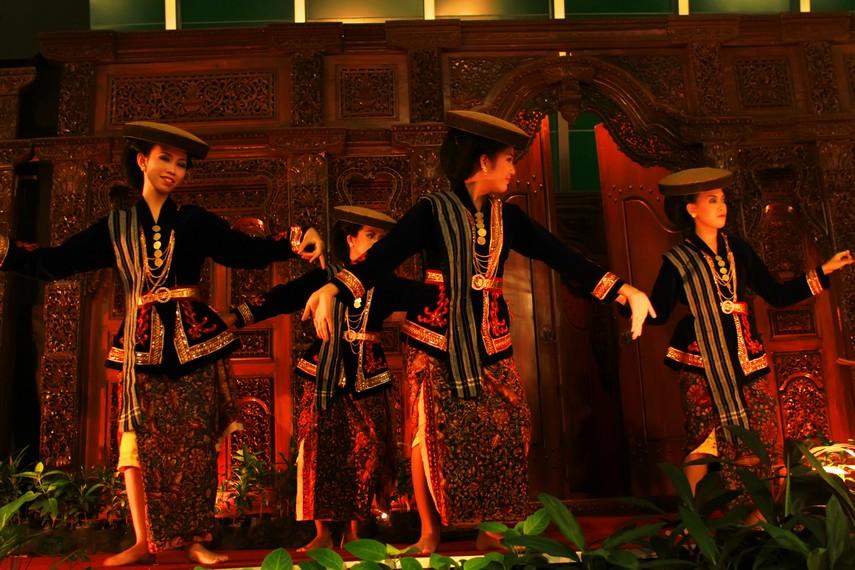 Dalam menari, penari kretek mendapat iringan dari musik gamelan