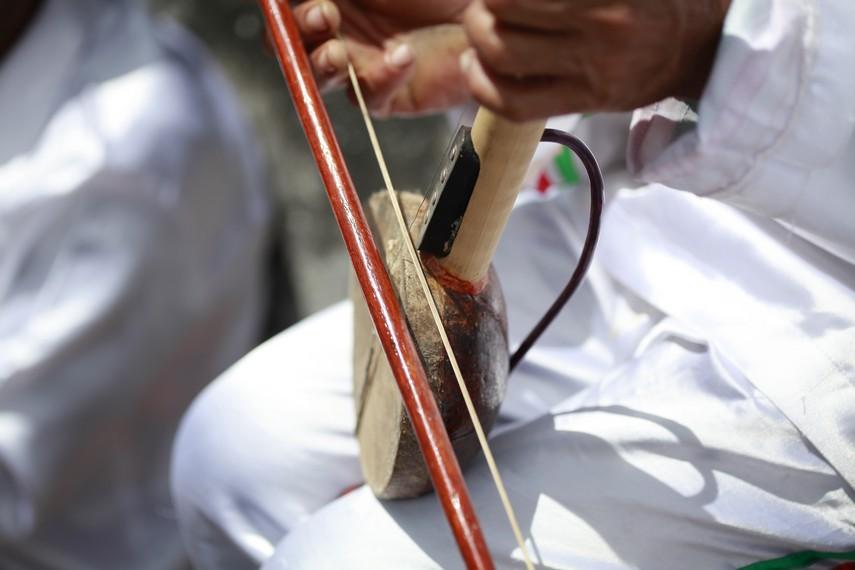 Dalam perkembangannya, alat musik Arababu dimodifikasi dengan komponen elakrik untuk menambah tingkat kerasnya