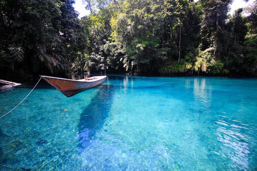 Danau cantik ini terletak di Desa Labuan Kelambu di Kecamatan Biduk-biduk