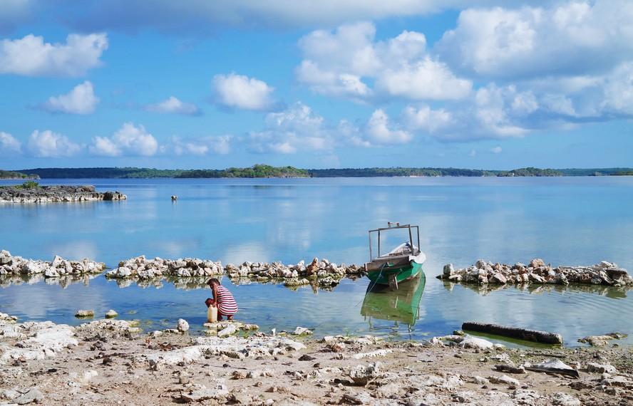 Danau ini memiliki keunikan antara lain pasirnya berasal dari kulit kerang (keong)