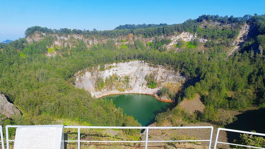 Danau ketiga yaitu Tiwu Ata Mbupu yang berarti danau jiwa-jiwa orang tua yang telah meninggal