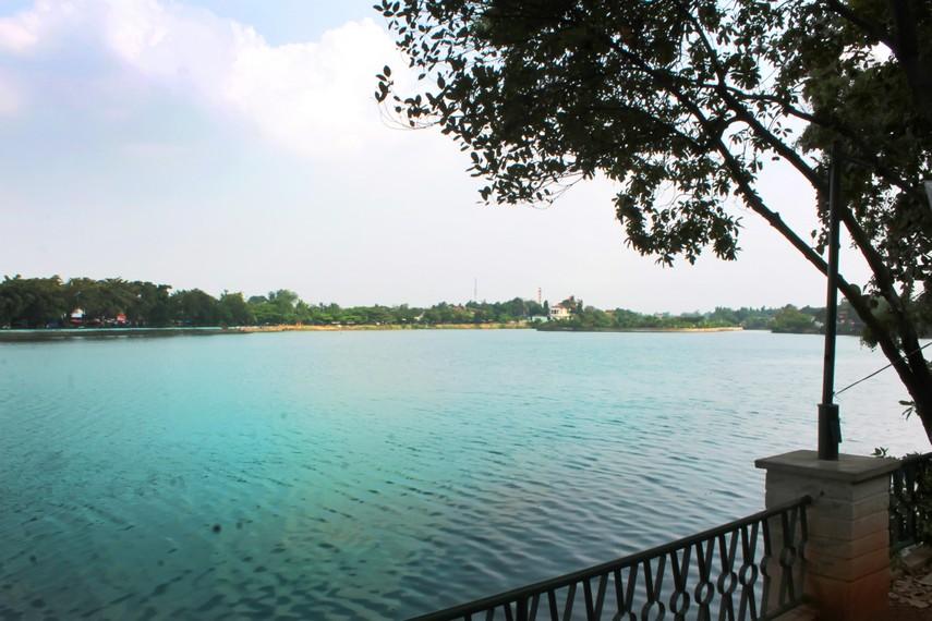 Danau yang berada di Setu Babakan dikelilingi pepohonan rimbun membuat suasana menjadi asri