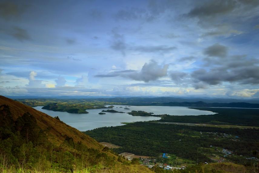 Danau yang berada di selatan kabupaten Jayapura ini memiliki luas 9.360 hektar dan kedalaman 70 meter di bawah permukaan laut