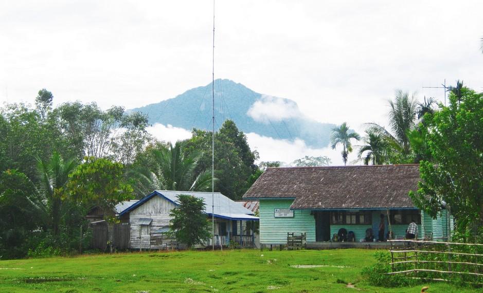Dapat diakses melalui  2 jalur, yaitu Desa Kasongan di Kalimantan Tengah dan Desa Rantau Malam di Kalimantan Barat