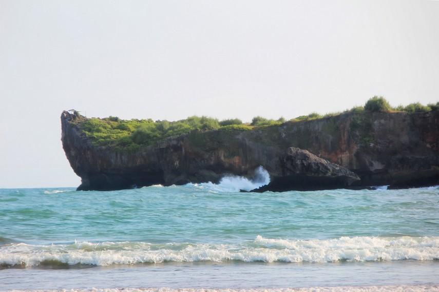 Dari atas bukit kita bisa melemparkan kail pancingnya dan menikmati sensasi memancing di pantai ini