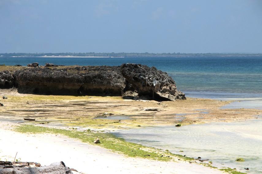Dari kejauhan, kita bisa melihat Pulau Selayar yang menjadi latar Pantai Lemo-Lemo