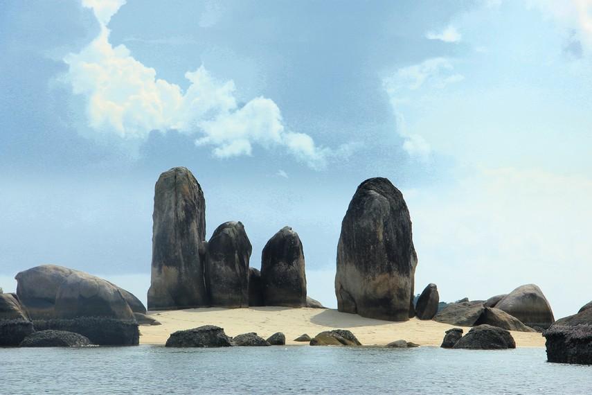 Dari kejauhan, pulau ini hanya terlihat seperti tumpukan batu granit yang menjulang tinggi
