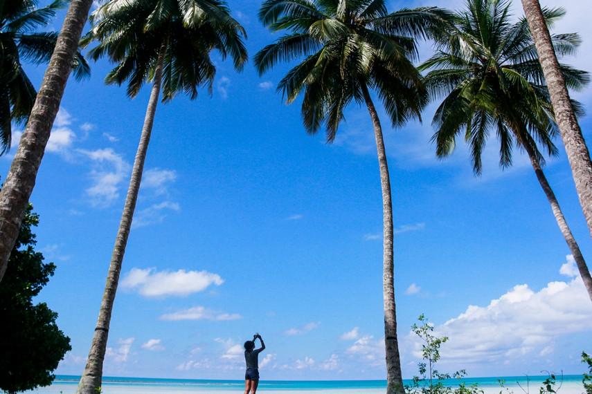Dari pantai Biduk-Biduk, pengunjung bisa menikmati langsung pemandangan Laut Sulawesi