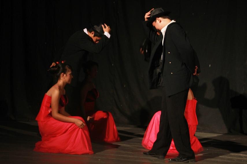 Dari segi kostum, penari perempuan mengenakan gaun dan laki-laki mengenakan jas yang lekat pengaruhnya dengan kebudayaan Eropa