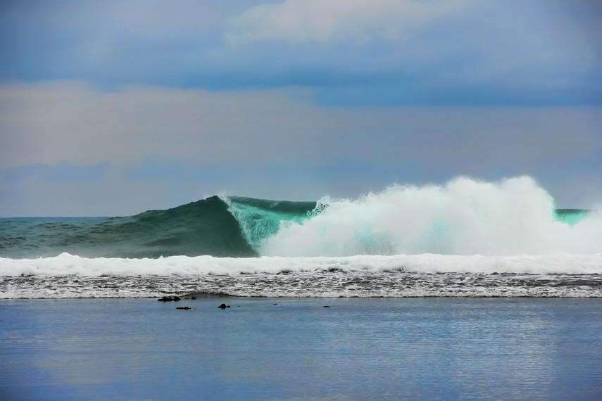 Deburan ombak di Pantai Sayang Heulang dapat disaksikan pengunjung dari tengah pantai