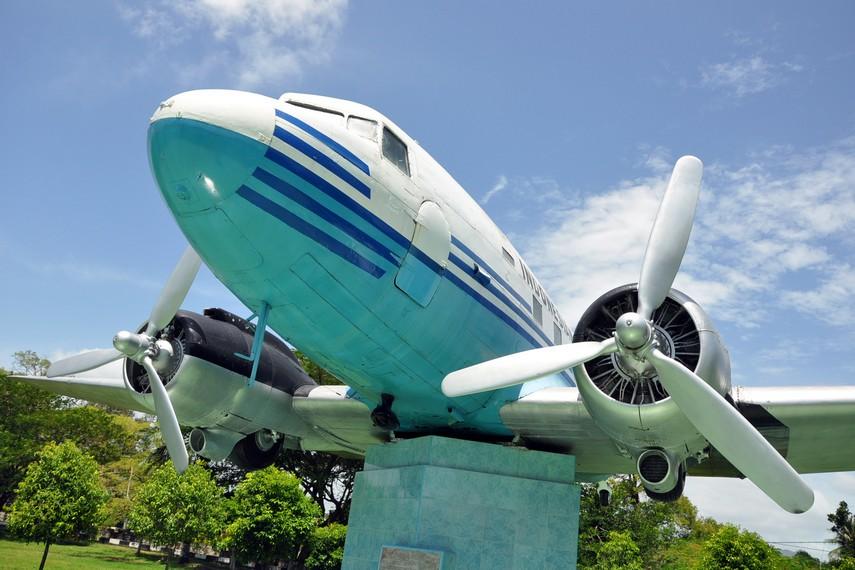 Dengan bantuan para saudagar Aceh, Pemerintah RI membeli pesawat DC-3 yang dikenal dengan Seulawah RI-001