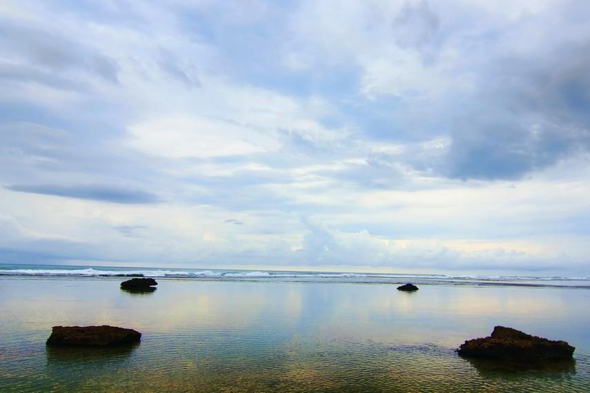 Dengan ombak yang tenang seperti danau membuat Pantai Sayang Heulang sangat indah untuk dipandangi