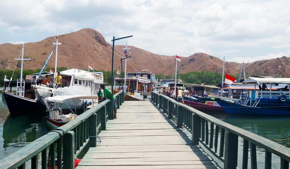 Dermaga Loh Buaya Pulau Rinca yang dipenuhi oleh kapal-kapal yang bersandar