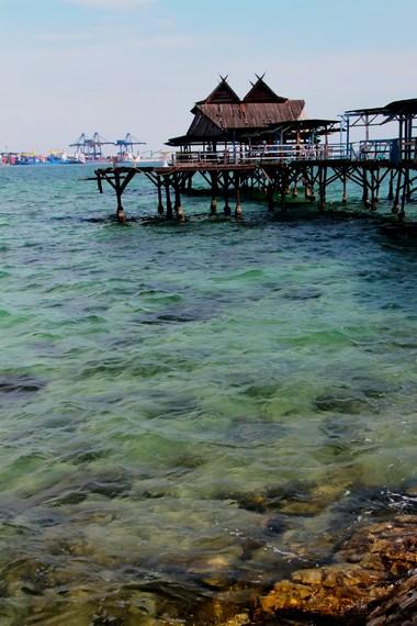 Dermaga Pulau Khayangan juga sering dijadikan spot untuk aktivitas memancing