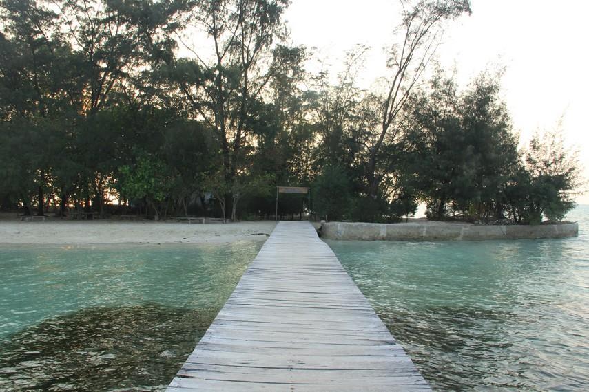 Dermaga yang menjadi pintu masuk pengunjung menuju Pulau Semak Daun