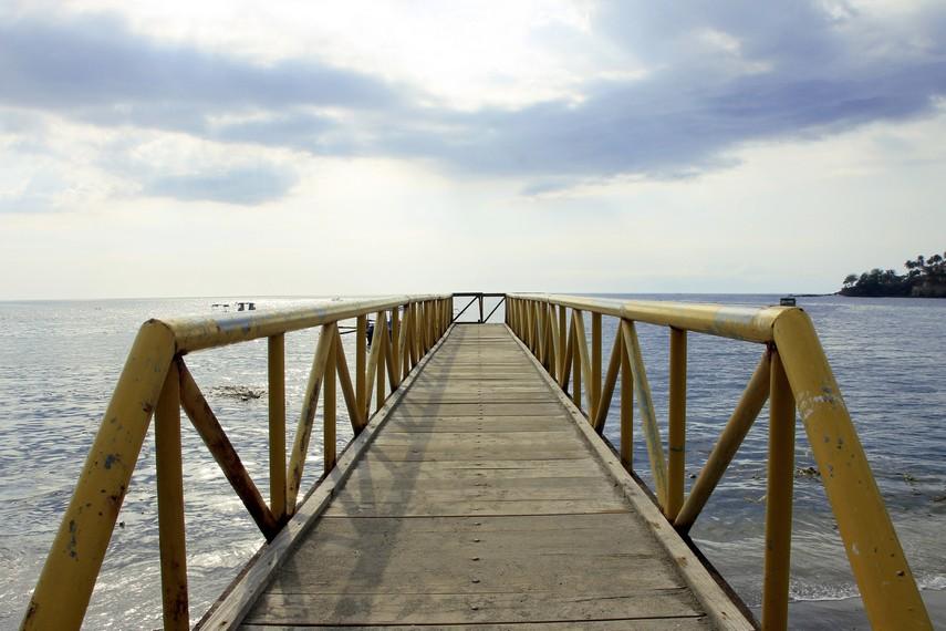 Dermaga yang menjadi penyambung antara daratan dan perairan di Pantai Senggigi