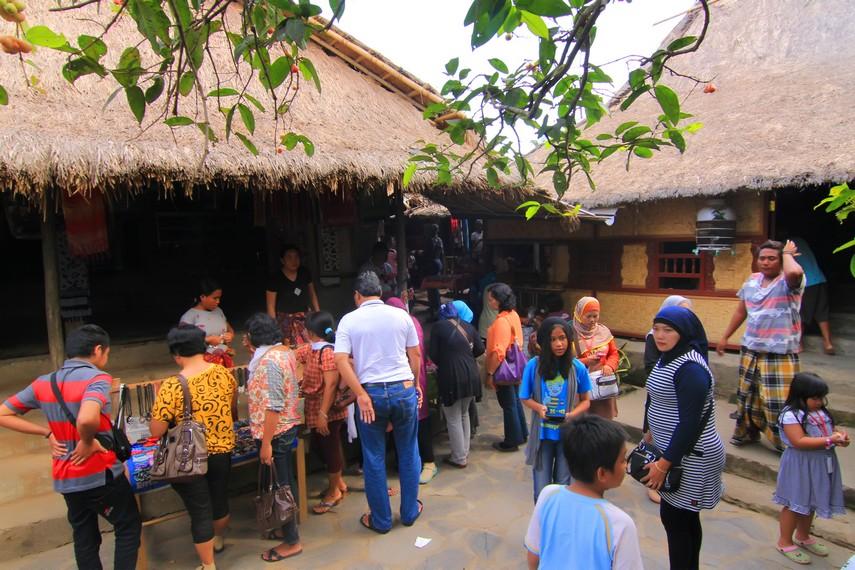 Desa Sade menjadi salah satu tujuan utama wisatawan lokal maupun mancanegara