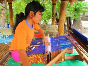 Melihat Langsung Perajin Songket di Desa Sukarara