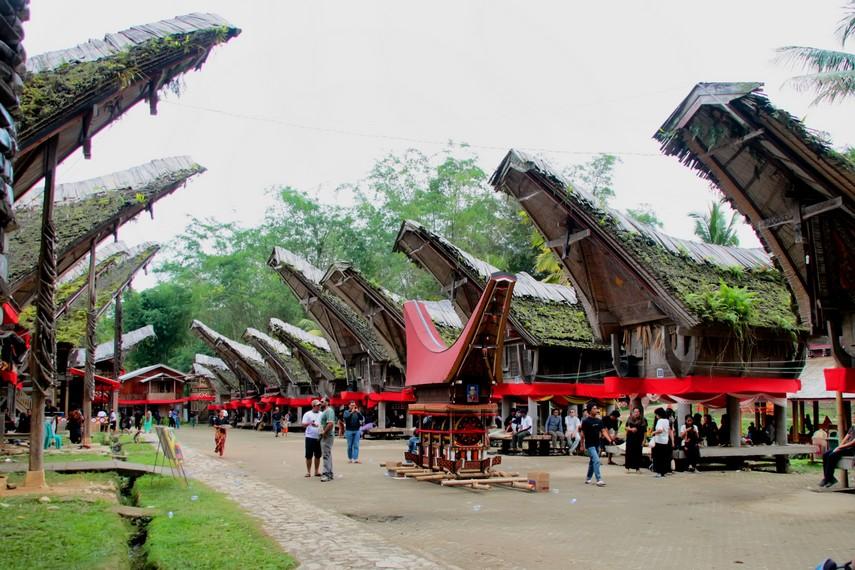 Desa Adat Kete Kesu merupakan salah satu desa yang masih memelihara dan melestarikan budaya leluhur Tana Toraja