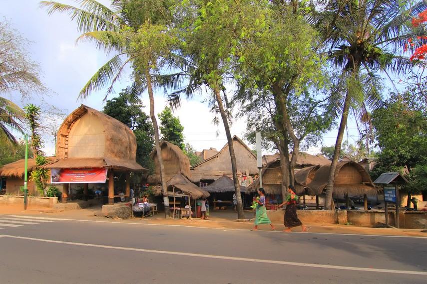 Desa ini bisa dengan mudah dijumpai karena letaknya yang berada di pinggir jalan