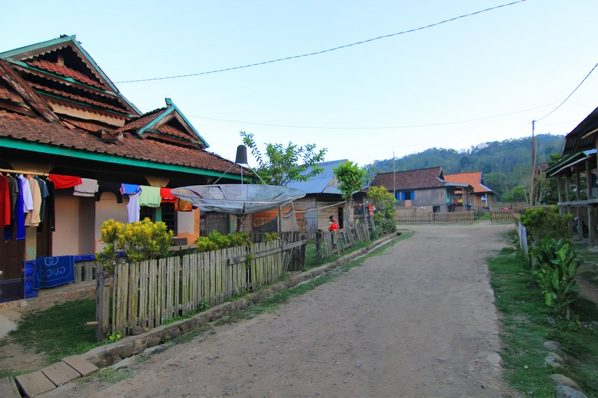 Desa ini dihuni sekitar 400 kepala keluarga dengan jumlah penduduk 1.500 orang