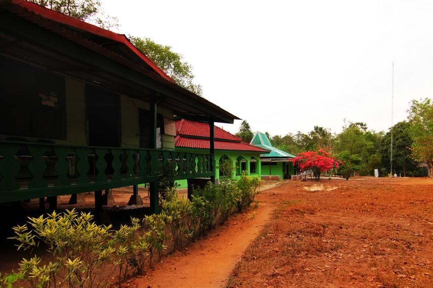 Di kawasan Resort Way Kanan terdapat fasilitas penginapan bagi peneliti dan pengunjung