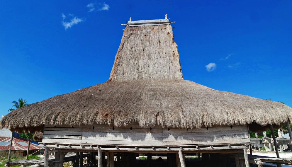 Di Desa Adat Kampung Praiyawang ini terdapat 8 rumah induk yang mengelilingi kampung adat