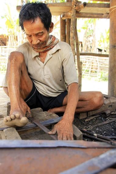 Di Desa Lawin, masih terdapat panda besi yang memakai alat tradisional untuk membuat perkakas