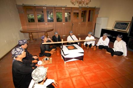 Di Imah Bali, tujuh mata air yang sudah disatukan kemudian didoakan bersama