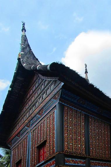 Di Minangkabau, rumah tradisional ini lebih dikenal dengan sebutan rumah bagonjong
