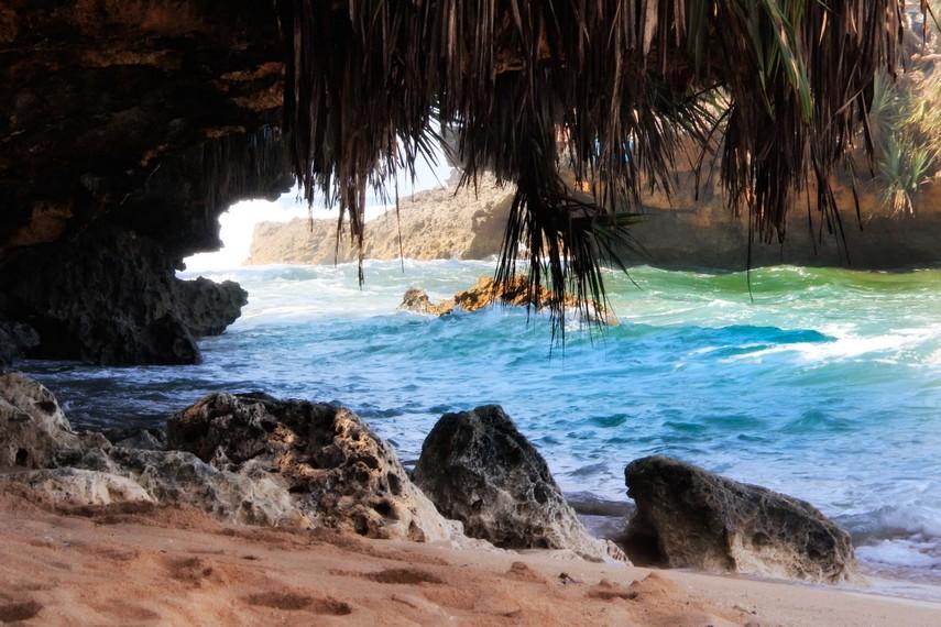 Di Pantai Kukup juga terdapat gua-gua karang yang eksotis dan teduh