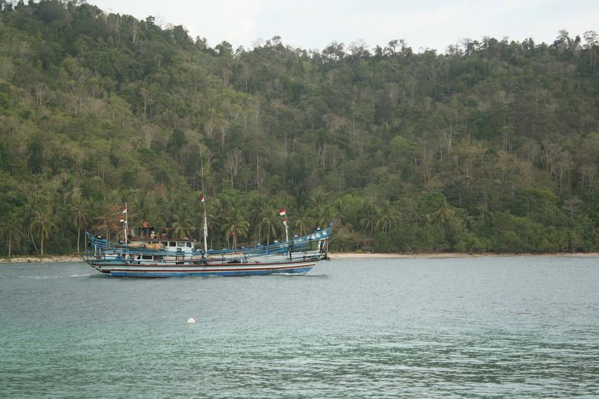 Di Pulau Kiluan wisatawan juga bisa melihat aktivitas para nelayan yang hendak pergi melaut