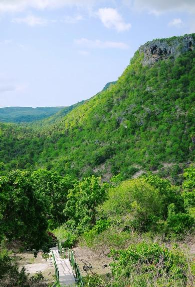 Di arah utara juga nampak terlihat perbukitan Lole yang diselimuti oleh hutan