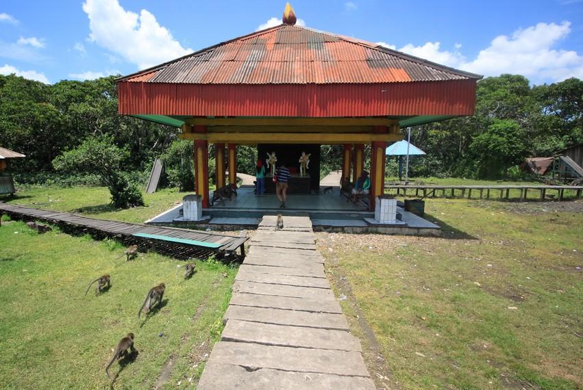 Di dalam kawasan hutan wisata ini terdapat sebuah altar berlambangkan dua buah arca berwujud kera berwarna putih