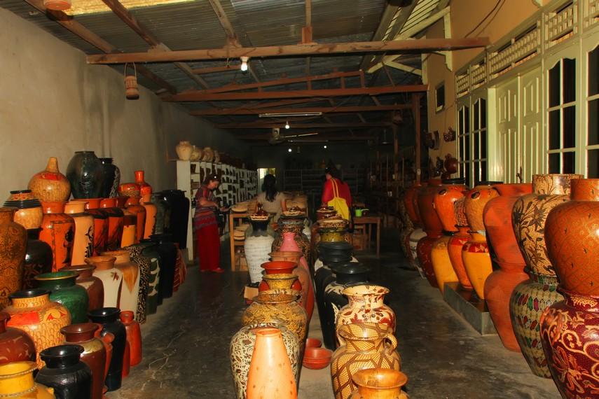 Di desa yang berjarak 14 km dari Mataram ini terdapat galeri dan koperasi yang dijalankan oleh warga Desa Banyumulek