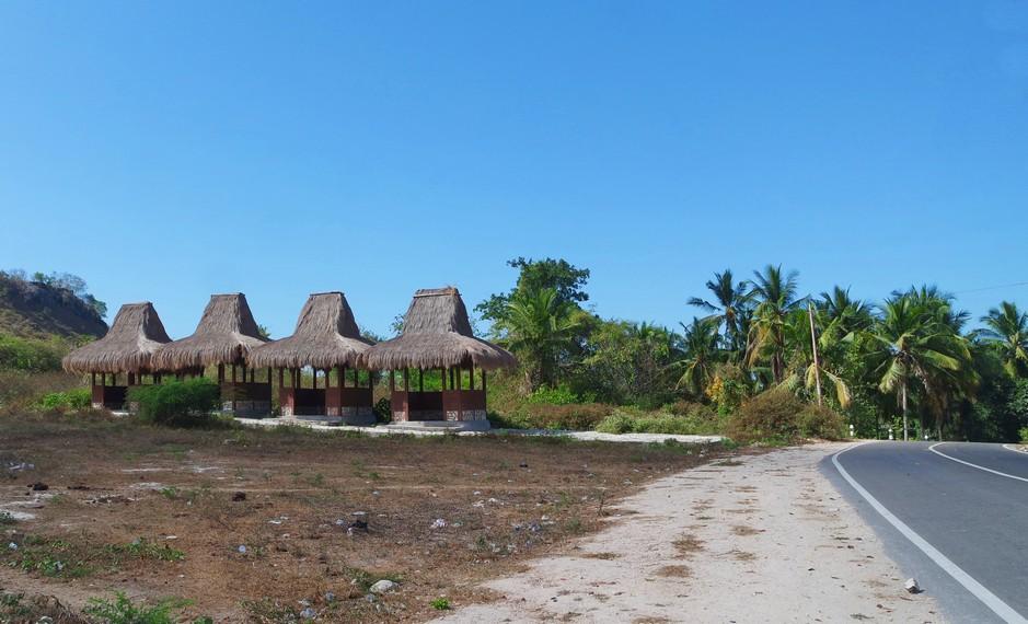 Di kiri jalan menuju Kampung Praiyawang terdapat penginapan dengan bangunan khas Sumba Timur