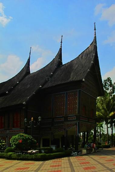 Di luar Sumatera Barat, jenis rumah adat khas Minangkabau populer dengan sebutan rumah gadang
