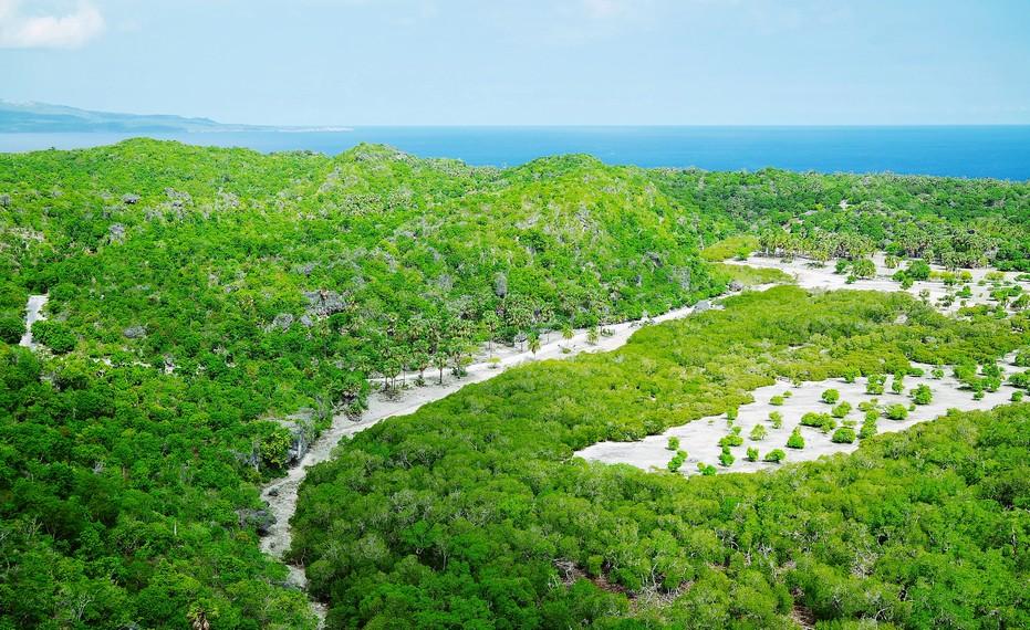 Di sebelah timur, pengunjung dapat melihat perpaduan pemandangan Perbukitan Keka dengan teluk birunya