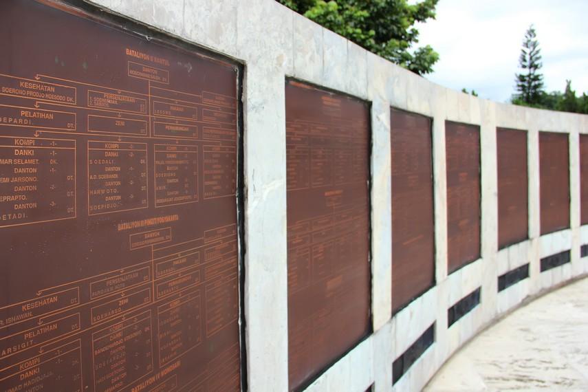 Di sepanjang tembok melingkar ini, terpampang nama-nama tentara PETA beserta pangkat dan tugasnya