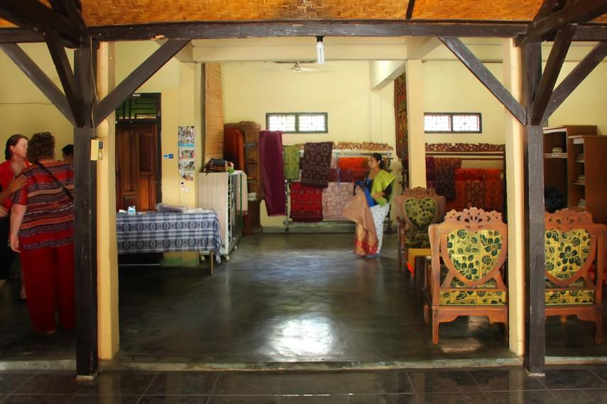 Di sini juga terdapat sebuah galeri yang memajang dan menjual kain songket khas Desa Sukarara