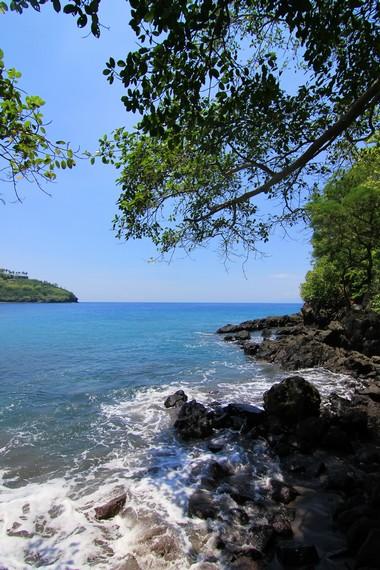 Di sudut pantai, terdapat bebatuan yang sangat pas untuk dijadikan objek fotografi