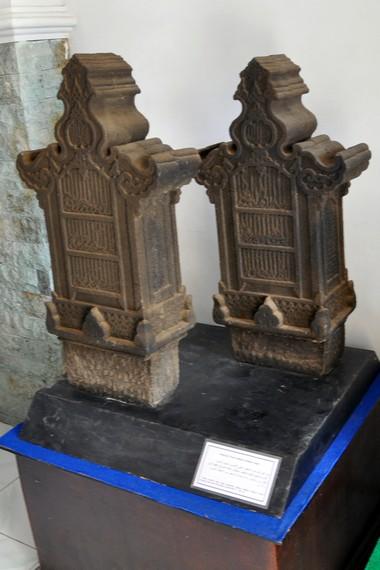 Diantara koleksi museum terdapat sejumlah prasasti dan batu nisan peninggalan era kesultanan