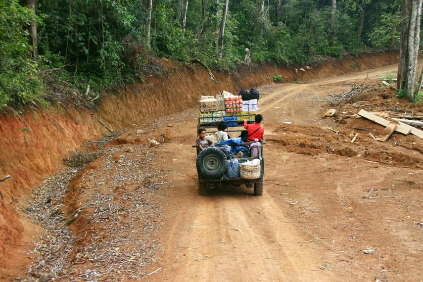 Dibutuhkan 4 jam perjalanan untuk bisa menuju Desa Tepal dari Kota Sumbawa Besar
