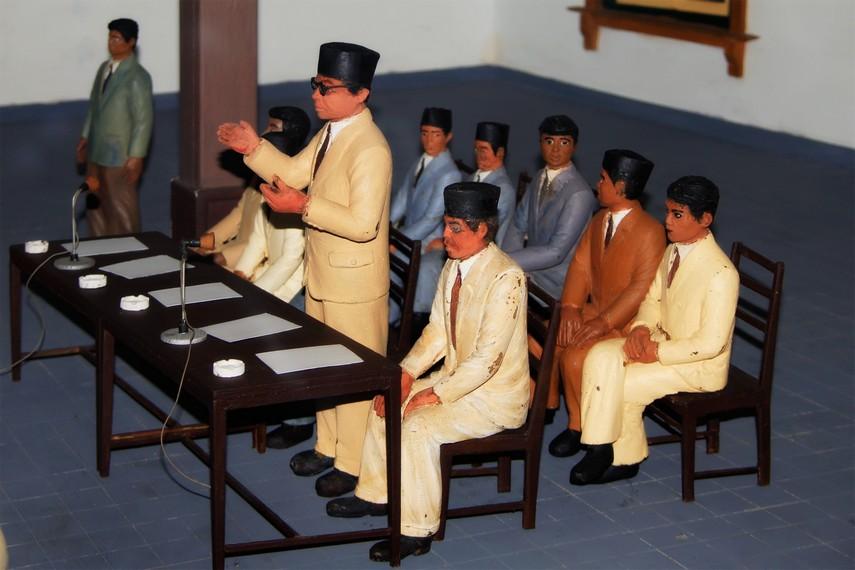 Diorama Bung Hatta sedang memimpin rapat yang terdapat di Benteng Vredeburg
