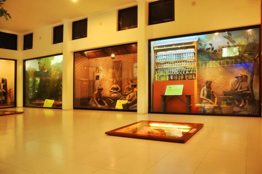 Diorama pedagang jamu dan budidaya tumbuhan yang menjadi bahan dasar pembuatan jamu